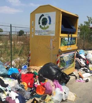 rifiuti immondizia vicino cassonetto abiti scafati via luigi  cavallaro viadotto avogadro