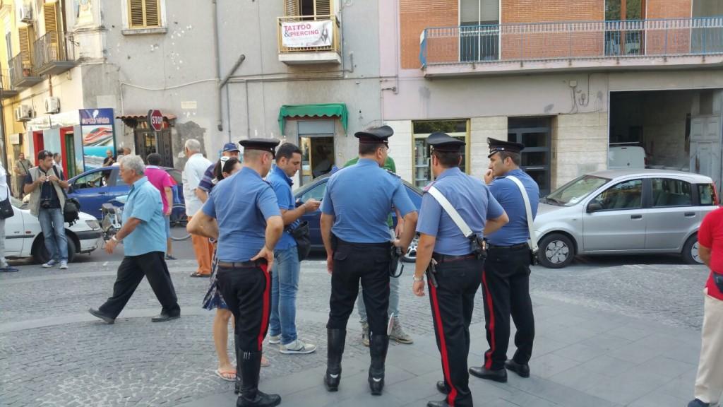 carabinieri nella piazza davanti al municipio