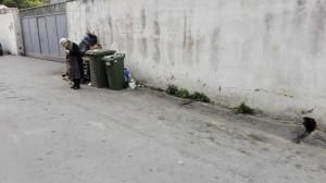 anziana rifiuti pagani