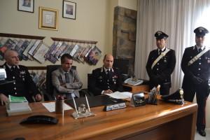 Conferenza stampa villa dei fiori 2. Da sinistra il luogotenente Eduardo Fraiese, il pm Giuseppe cacciapuoti e il maggiore Enrico Calndro