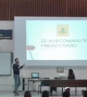 Nello Califano, volontario Legambiente, durante la lezione al Liceo Scientifico di Pagani (SA)